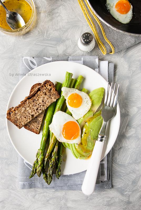 Szparagi z jajkiem i awokado